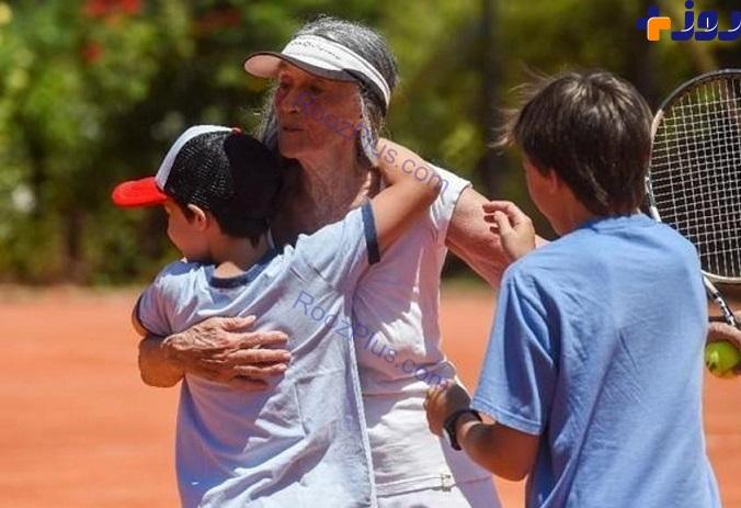 عکس/ مادر بزرگ ۸۳ ساله، ستاره تنیس شد