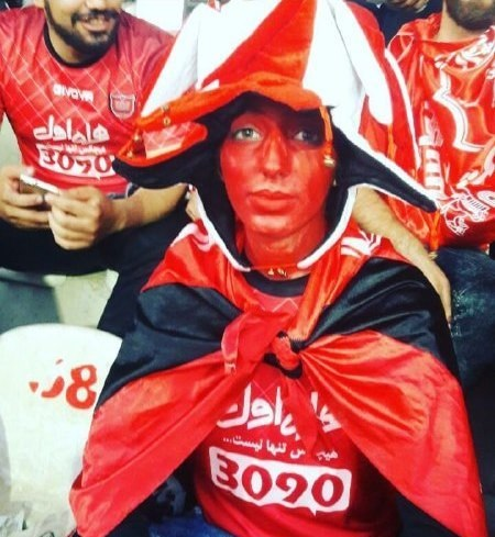 یک دختر پرسپولیسی روی سکوی استادیوم آزادی +عکس