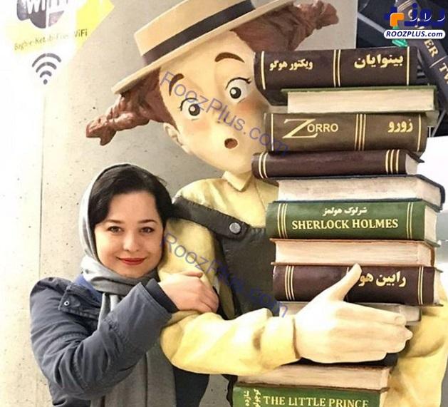 ژست جالب خانم بازیگر در کنار شخصیت های معروف کارتونی+عکس
