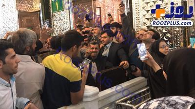 سلفي عجيب چند زن با محمود احمدي نژاد در حرم عبدالعظيم