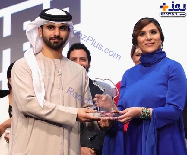 خانم بازیگر ایرانی هنگام دریافت جایزه از شیخ عرب+عکس