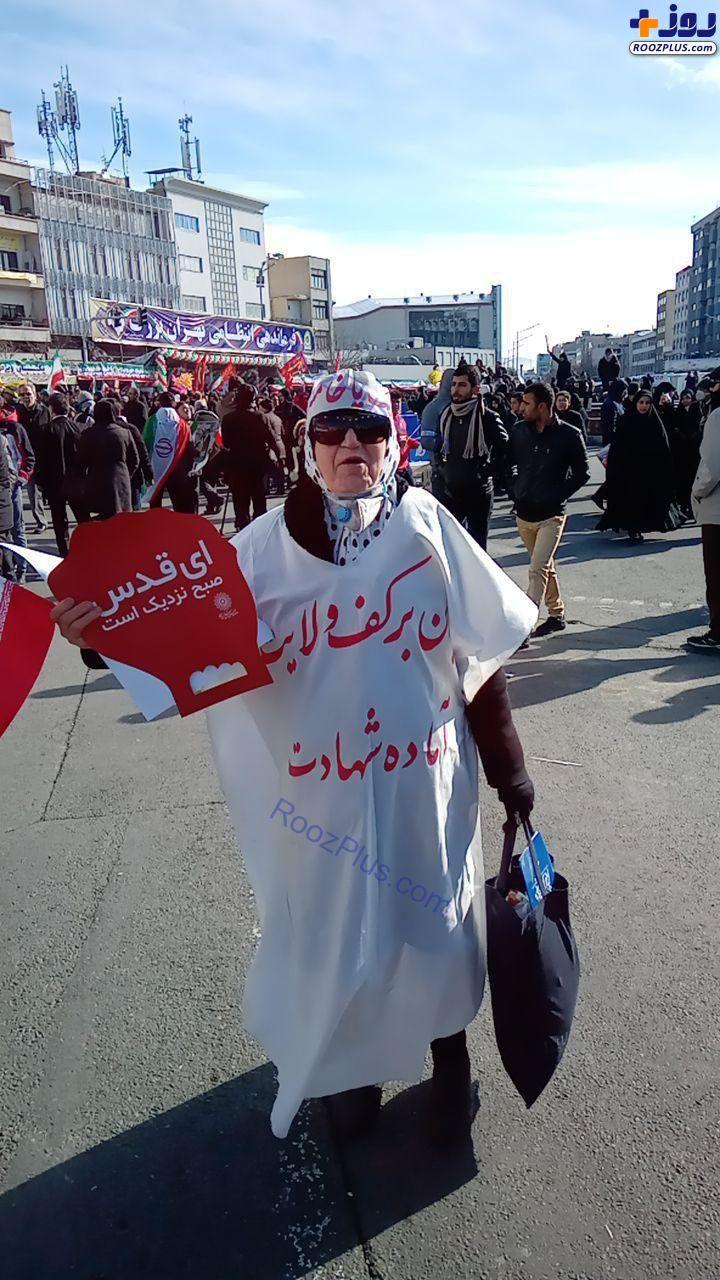 عكس/حضور مادربزرگ کفنپوش در راهپیمایی ۲۲ بهمن