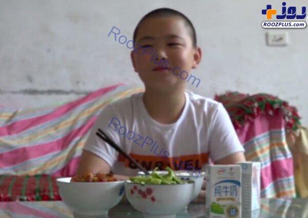پسری که برای نجات جان پدرش غذا میخورد +عکس