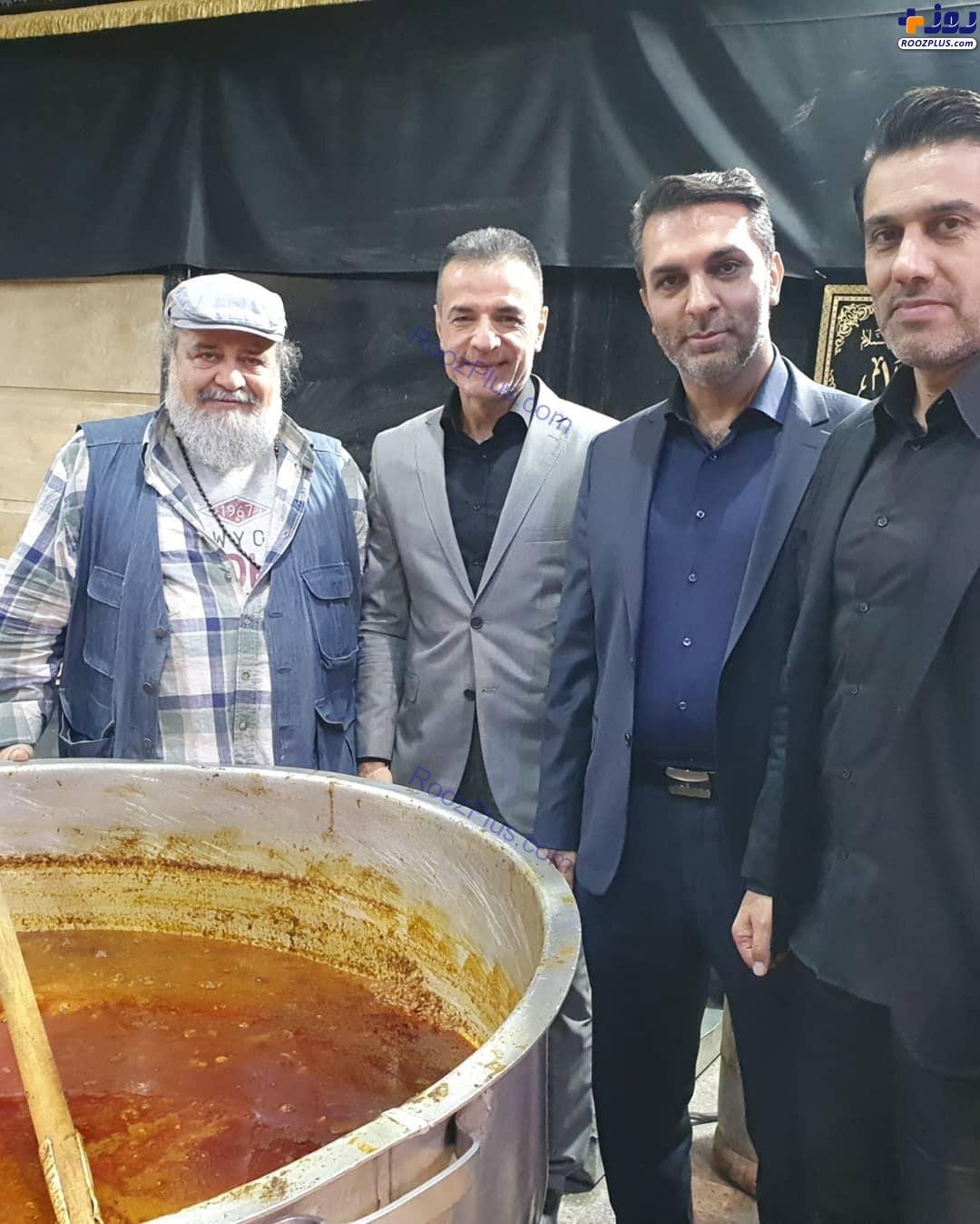 محمدرضا شریفینیا در حال هم زدن غذای نذری+عکس