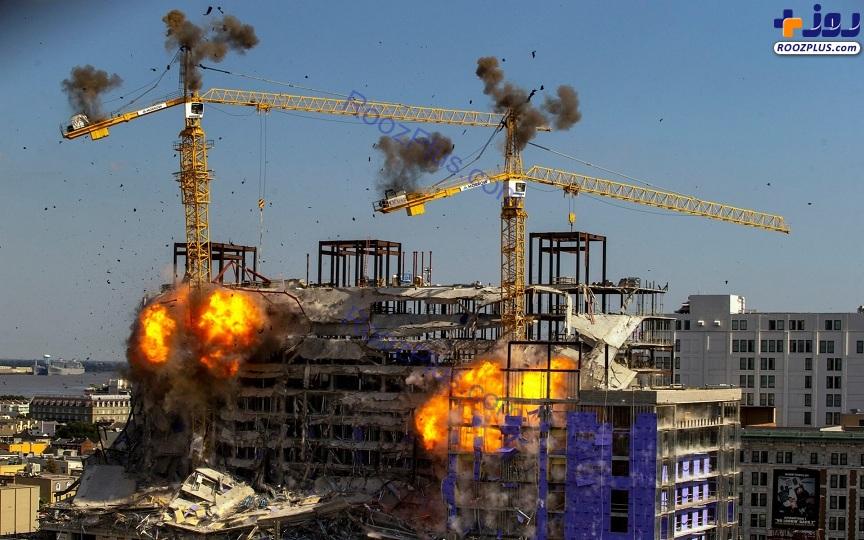 عکس/سقوط دو جرثقیل هنگام انفجار ساختمانهای متروکه در آمریکا