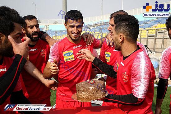 عکس/ حمله پرسپولیسیها به علیپور با کیک