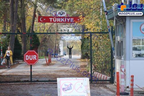 عکس/ وضعیت بیوطنی یک داعشی در مرز ترکیه و یونان
