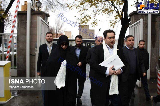 دختر و داماد رئیس جمهور با شال سفید در ستاد انتخابات +عکس