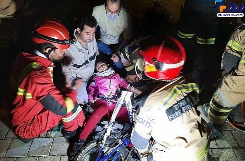فرو رفتن فرمان دوچرخه در پای دختر نوجوان/عکس