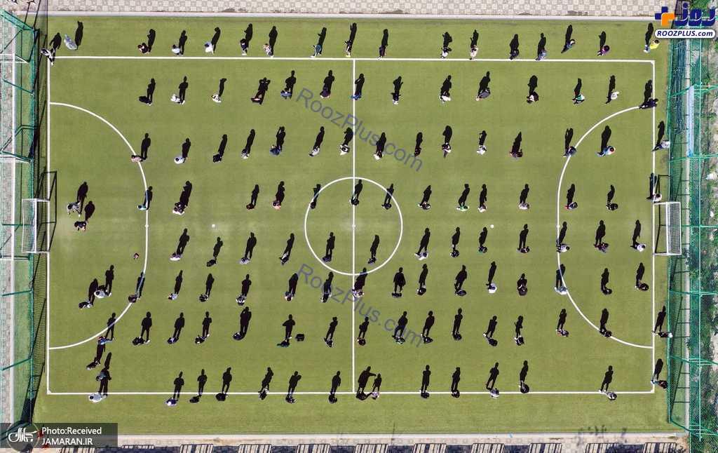 صف انتظار برای تست کرونا در زمین فوتبال +عکس