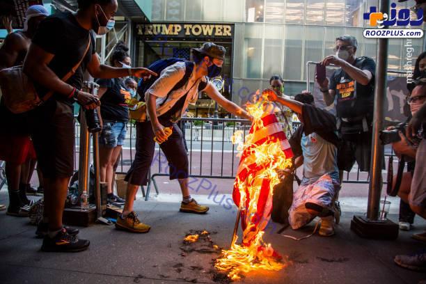 آتش زدن پرچم آمریکا مقابل برج ترامپ +عکس