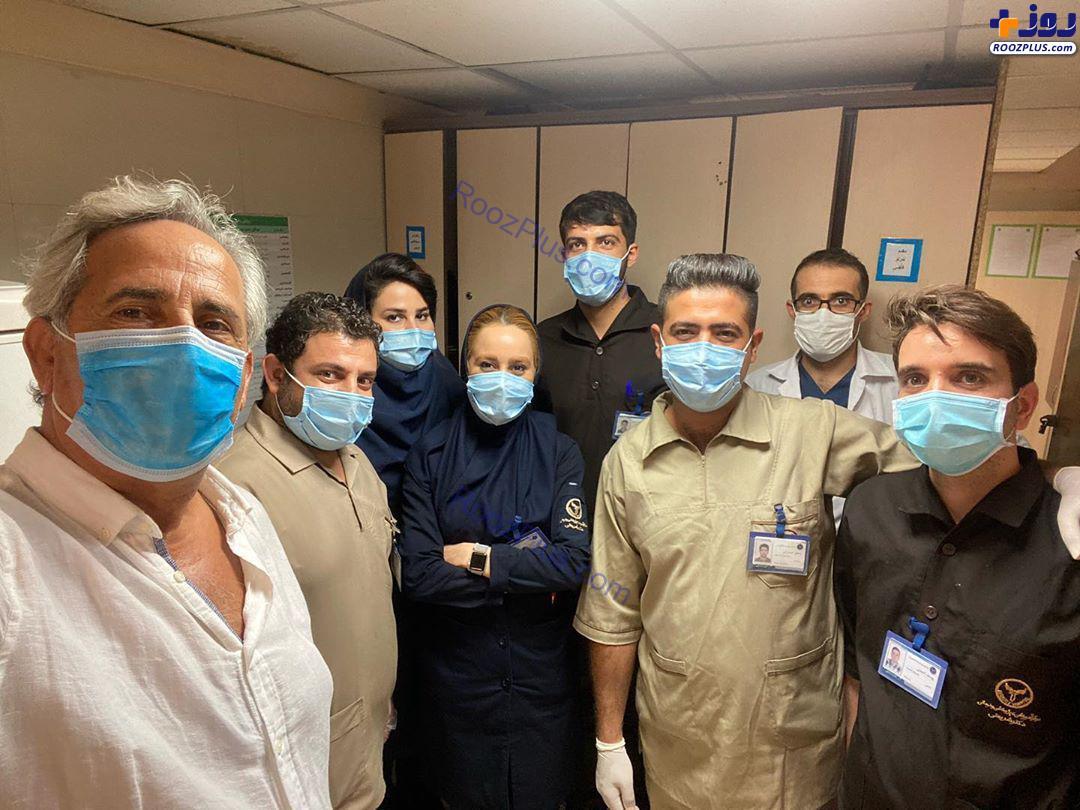 عکس/سلفی مجید مظفری با کادر درمانی بیمارستان